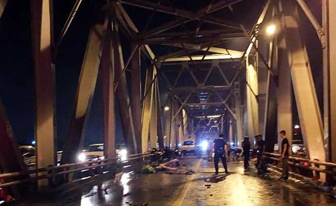 Tai nạn kinh hoàng trên cầu Chương Dương, 3 người tử vong - Ảnh 1.
