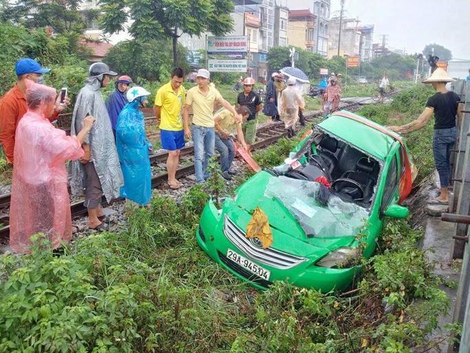 Qua đường sắt đón khách, taxi Mai Linh bị tàu hỏa tông nát - Ảnh 1.