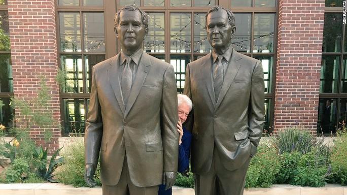 Phút nghịch ngợm của ông Bill Clinton  - Ảnh 1.