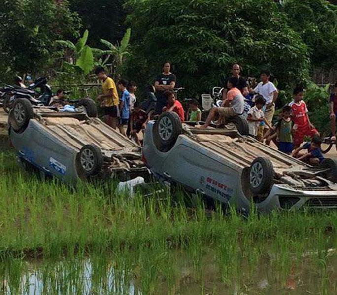 Cùng bạn trai đến đập phá nhà chồng cũ, 2 ô tô bị lật ngửa - Ảnh 1.