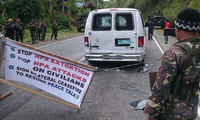 Nổ súng xối xả vào đoàn xe chở đội an ninh của ông Duterte - Ảnh 1.
