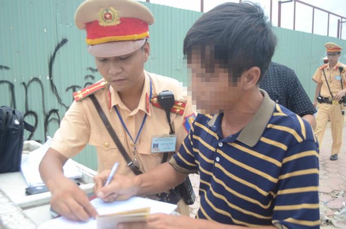 Báo cáo Thủ tướng việc phạt không mang bản chính đăng ký xe - Ảnh 1.
