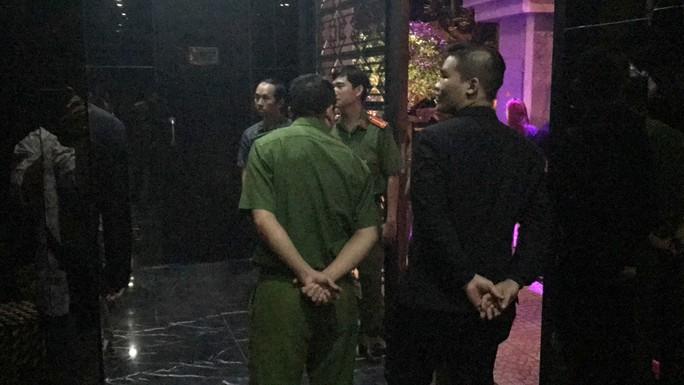 Đột kích 2 quán bar cho tiếp viên phục vụ khách thâu đêm  - Ảnh 3.