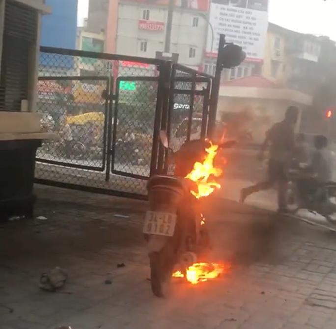 Phạm luật giao thông, người đàn ông châm lửa đốt xe tại Hà Nội - Ảnh 1.