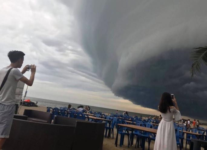 """Đám mây đen kịt hình thù kỳ lạ như """"nuốt chửng"""" biển Sầm Sơn - Ảnh 3."""