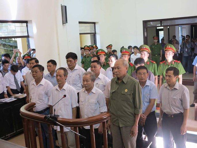 Tòa xử 14 cựu cán bộ Đồng Tâm: Quanh co, chối tội - Ảnh 2.