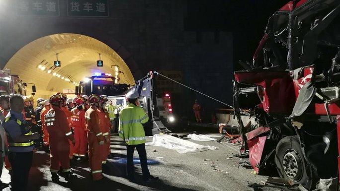 Trung Quốc: Xe buýt gặp nạn trong đường hầm, 36 người chết - Ảnh 1.