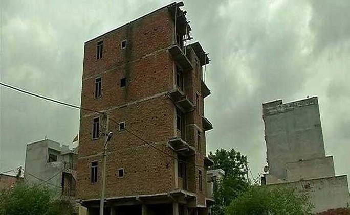 """Ấn Độ: Bị ném xuống đất từ tầng 4 sau khi bị """"cưỡng hiếp"""" - Ảnh 1."""