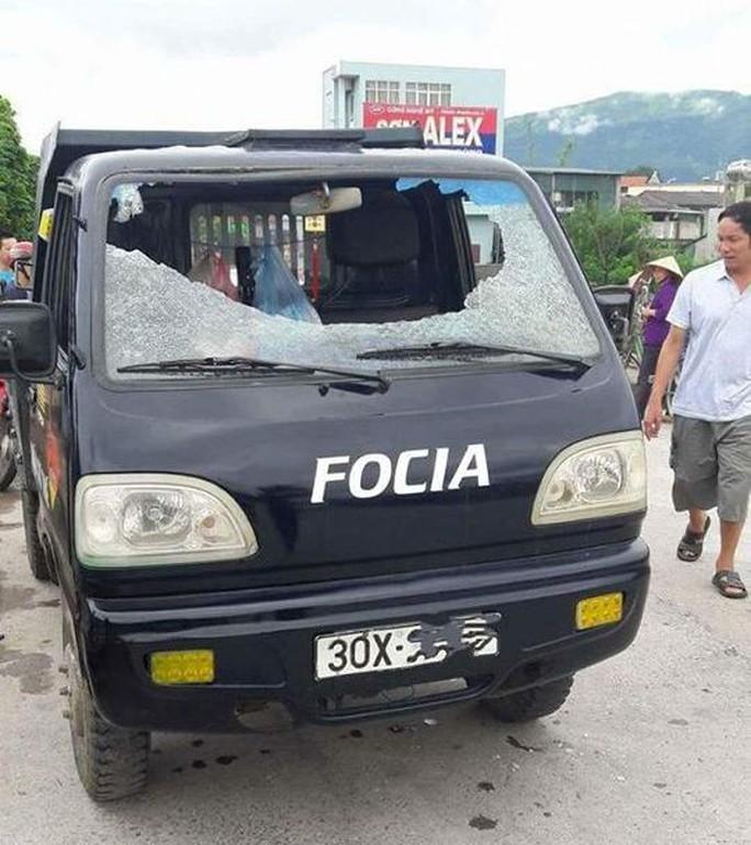 Xe tải đang chạy bị ném vỡ toang kính, 1 người bị thương - Ảnh 1.