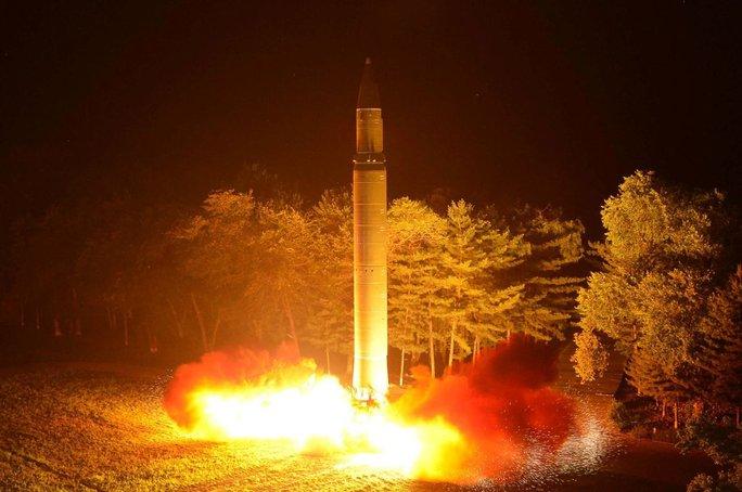 Ukraine tố Nga chuyển động cơ tên lửa cho Triều Tiên - Ảnh 1.