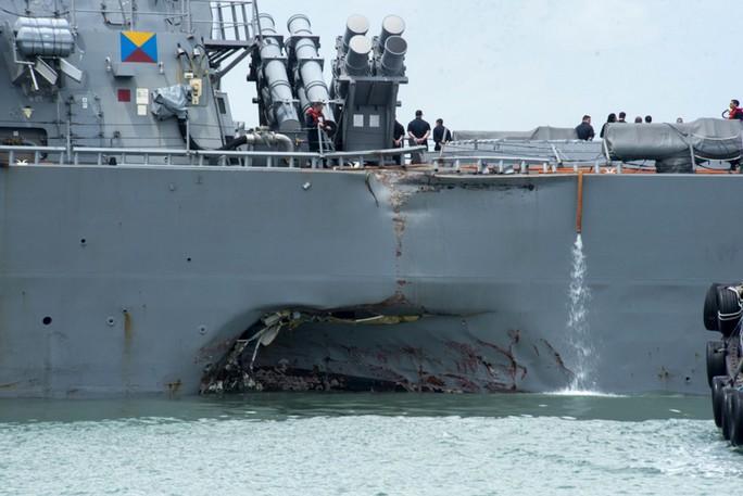 Phát hiện một số thi thể trong vụ va chạm tàu chiến Mỹ - Ảnh 1.