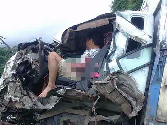 Xe tải đấu đầu xe bồn chở xăng, 2 người kẹt cứng trong cabin - Ảnh 1.