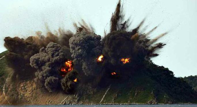 Cận cảnh Triều Tiên tập trận tấn công đảo Hàn Quốc - Ảnh 1.
