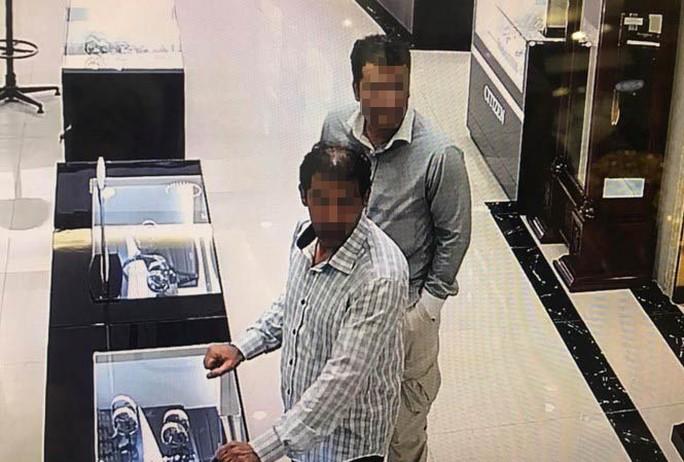 Bắt 2 nghi phạm người nước ngoài cuỗm đồng hồ 240 triệu đồng - Ảnh 1.