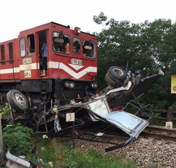 Băng qua đường sắt, xe tải bị tàu hoả tông nát bét - Ảnh 1.