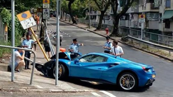 Né chó, xế sang Ferrari vỡ đầu vì tông biển báo - Ảnh 1.
