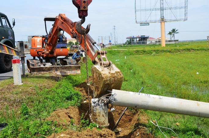 """Nỗ lực """"giải cứu"""" 2.600 trụ điện trung thế bị bão quật ngã ở Quảng Bình - Ảnh 2."""