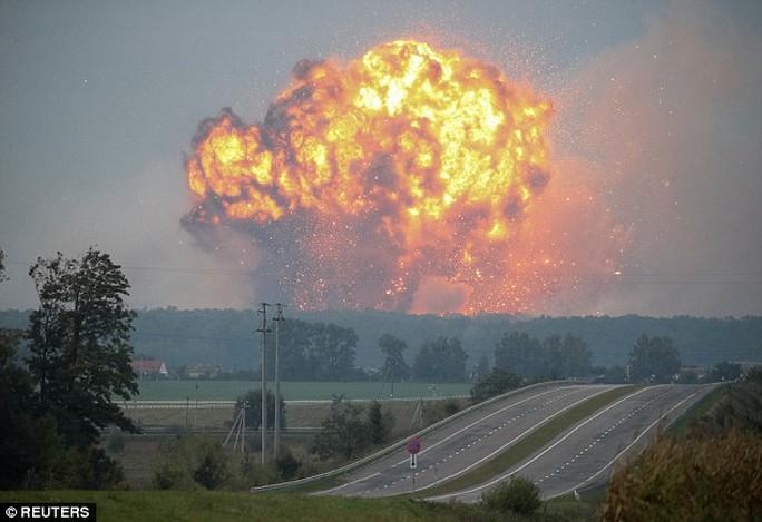 Ukraine: Nổ tại căn cứ quân sự, tên lửa bắn tứ tung lên trời - Ảnh 1.