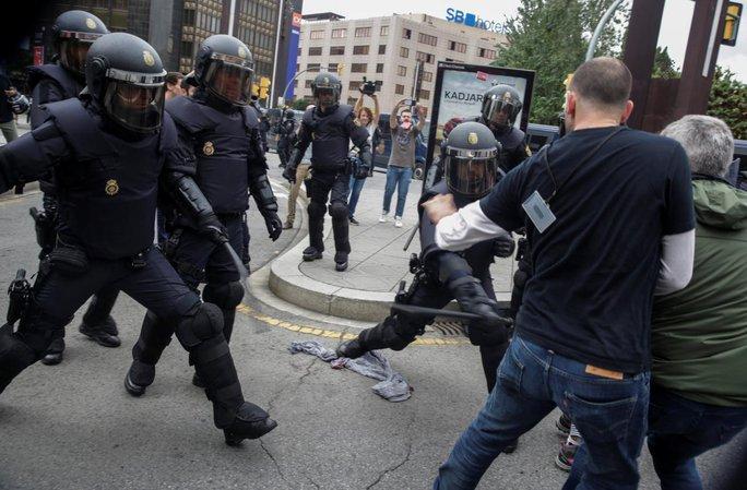 Hơn 840 người bị thương, Catalonia có quyền độc lập - Ảnh 1.
