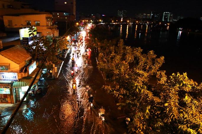 Sài Gòn hụp lặn trong nước ngập đêm đầu tuần - Ảnh 2.