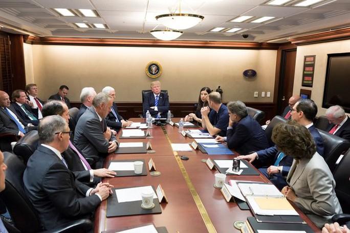 """Tổng thống Donald Trump họp với các tướng ở """"phòng chiến tranh"""" - Ảnh 1."""