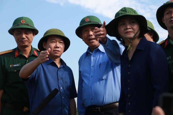 Phó Thủ tướng đề nghị tặng bằng khen phóng viên bị lũ cuốn - Ảnh 1.
