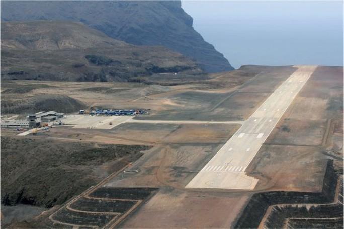 """Chuyến bay đầu tiên đến """"sân bay vô dụng nhất thế giới"""" - Ảnh 1."""