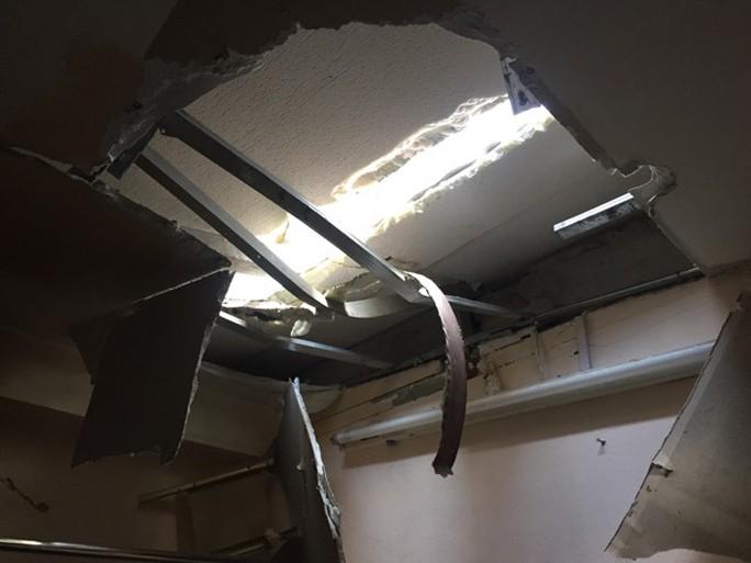 Nửa đêm, 2 thanh sắt từ công trình rơi thủng nhà dân - Ảnh 1.