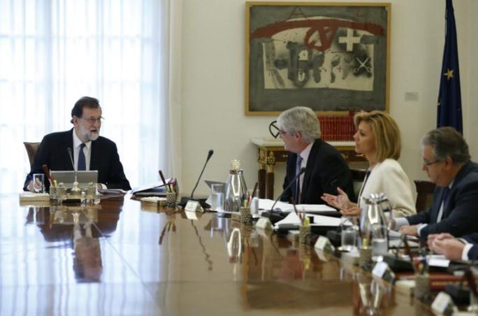 Thủ tướng Tây Ban Nha ra đòn mạnh tay với lãnh đạo Catalonia - Ảnh 1.