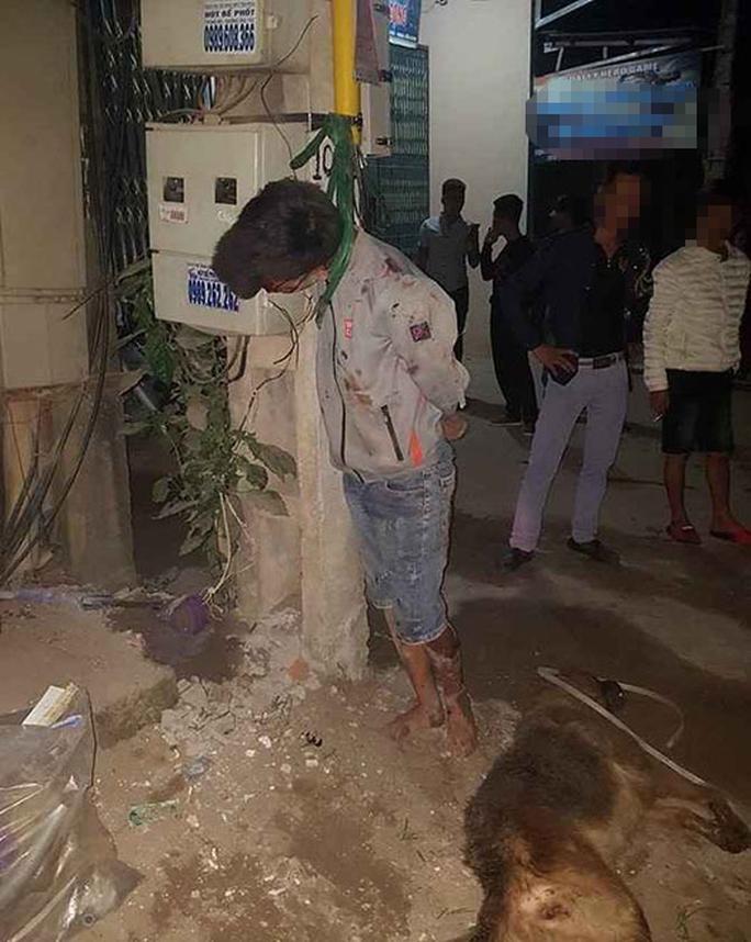 Trộm chó, nam thanh niên bị hành hung và treo lên cột điện - Ảnh 1.
