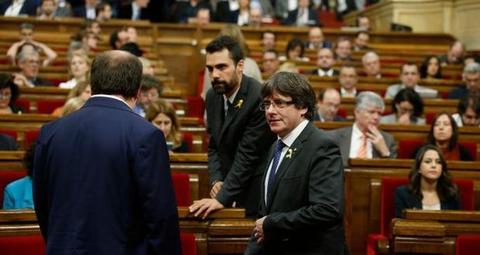 Tây Ban Nha: Nghị viện Catalonia tuyên bố độc lập - Ảnh 1.