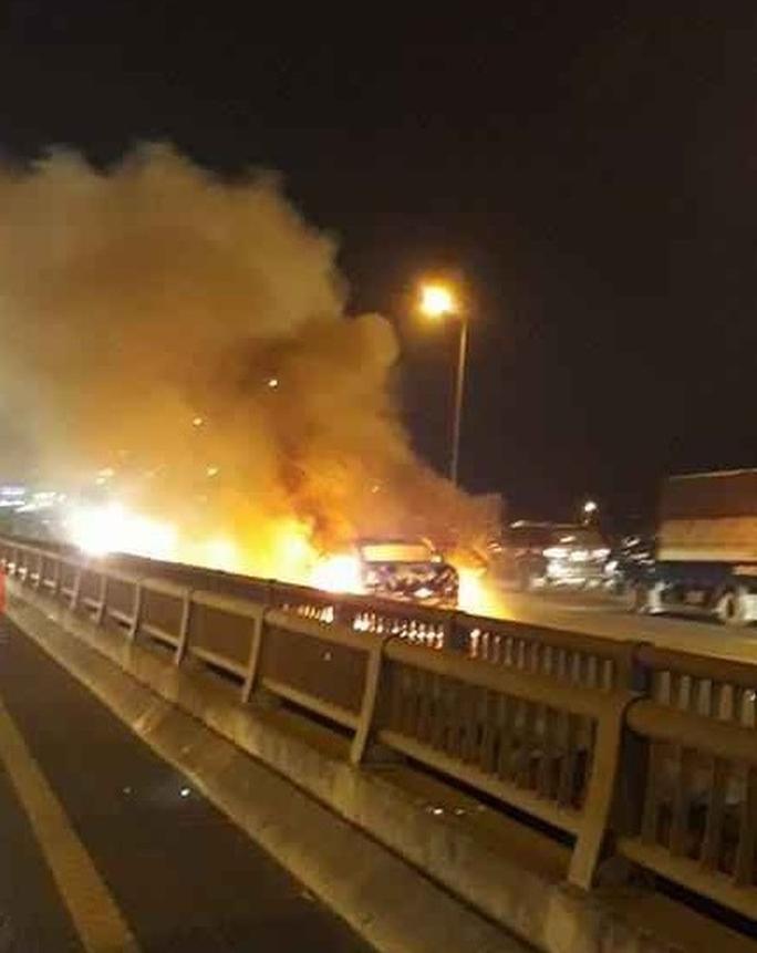 Ô tô đang di chuyển bốc cháy dữ dội trên cầu - Ảnh 1.