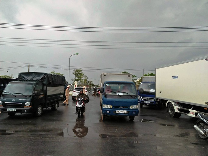 Dân vây trạm BOT Tasco Quảng Bình đòi miễn phí, Quốc lộ 1 ách tắc - Ảnh 1.
