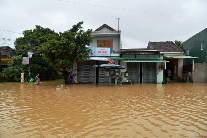 Miền Trung: Nhiều nơi còn ngập chìm trong nước, cô lập - Ảnh 18.