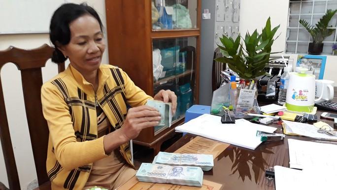 Vụ tờ vé số độc đắc nghi bị đánh tráo: Bà Tuyết nhận 200 triệu đầu tiên - Ảnh 1.