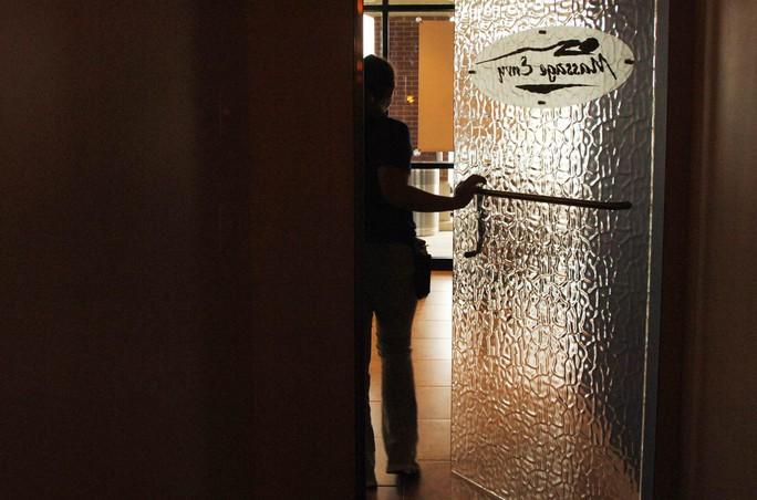 Hơn 180 phụ nữ tố bị quấy rối tình dục khi đi mát-xa - Ảnh 1.