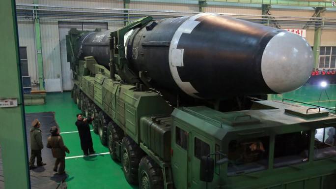 Ông Kim Jong-un xuất hiện tại nhà máy chế tạo bệ phóng tên lửa - Ảnh 1.