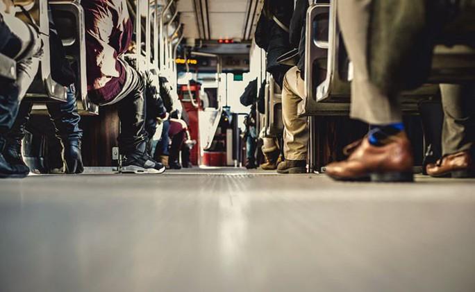 Đi xe buýt, bị cảnh sát bắt vì… vớ chân hôi - Ảnh 1.
