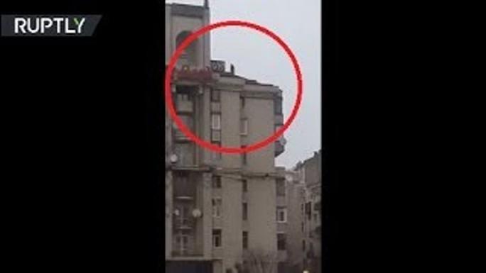 Tình báo Ukraine trèo lên mái nhà bắt cựu tổng thống Georgia - Ảnh 4.