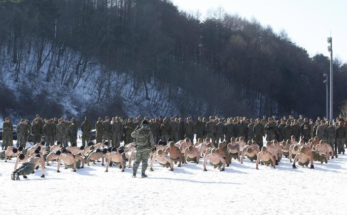 Lính Mỹ - Hàn cởi trần tập trận trong tuyết lạnh - Ảnh 4.