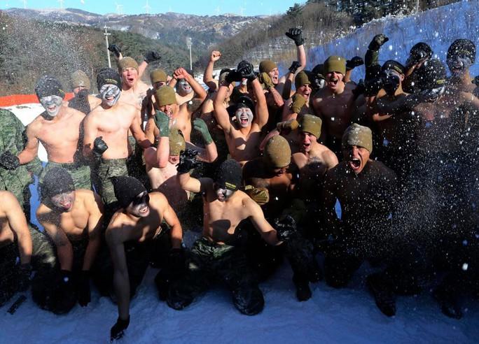 Lính Mỹ - Hàn cởi trần tập trận trong tuyết lạnh - Ảnh 8.