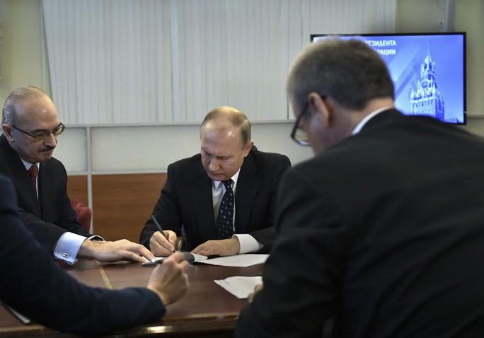 Ông Putin một mình đi nộp hồ sơ tranh cử tổng thống - Ảnh 2.