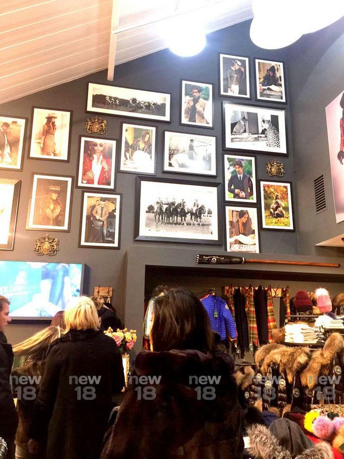 Rộ hình ảnh bà Yingluck mua sắm ở Anh - Ảnh 2.