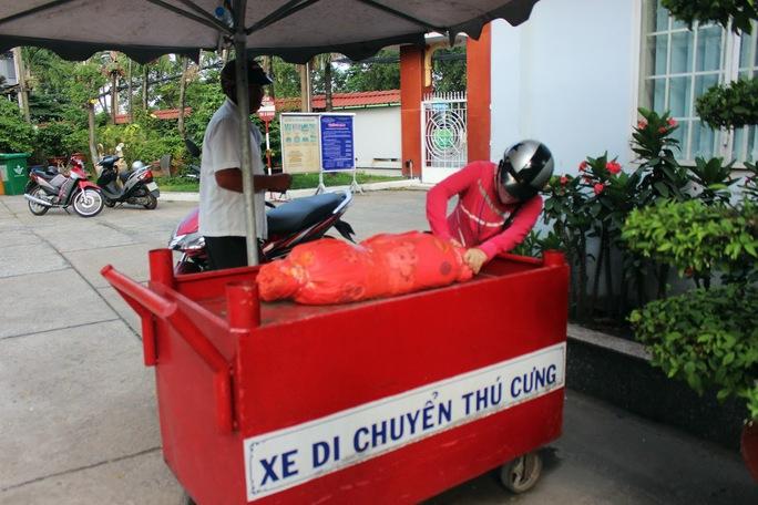 Một gia đình mang xác chó cưng đến Trung tâm Hỏa táng Bình Hưng Hòa (quận Bình Tân, TP HCM) để hỏa táng Ảnh: Quốc Chiến