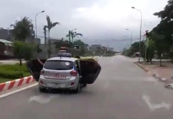 Taxi mở bung 2 cửa phóng trên đường do chở người đi cấp cứu - Ảnh 1.