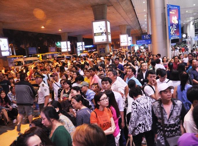 Trước đó, đêm 13-1, hàng ngàn người tập trung tại sảnh đến của nhà ga Quốc tế để đón người thân