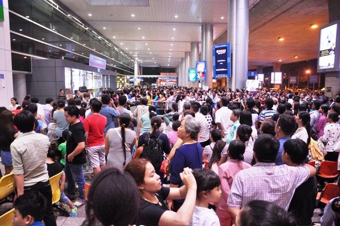 Ngoài lượng người tại TP HCM đến sân bay, nhiều gia đình từ các địa phương khác cũng tập trung tại đây để đón Việt kiều và hầu hết đều đi chung từ 4-5 thành viên
