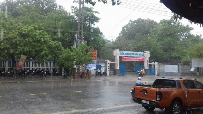 Hàng trăm TS ở đảo Phú Quốc đội mưa đi thi - Ảnh 4.