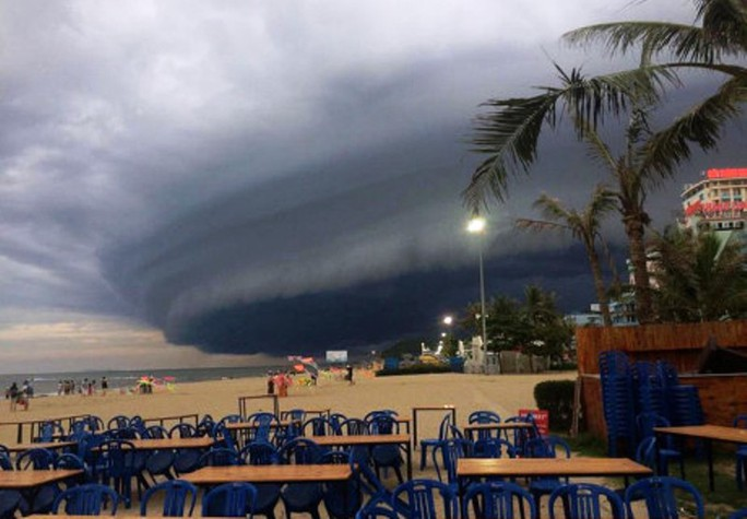 Tranh cãi về đám mây đen kịt hình thù kỳ lạ trên biển Sầm Sơn - Ảnh 3.