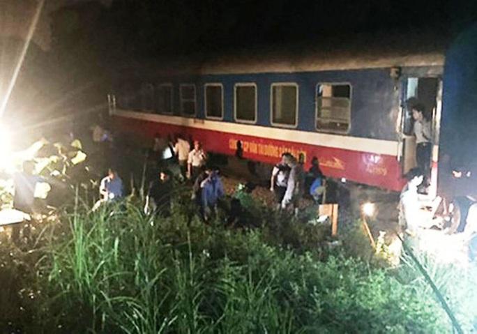 Vào ga ở Thanh Hóa, tàu SE3 chở 200 khách trật bánh - Ảnh 1.